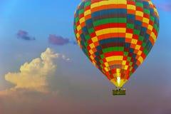 五颜六色的热空气气球飞行在分类的玫瑰色日落天空 库存照片