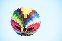 五颜六色的热空气气球飞行在日落 库存照片