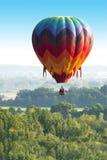 五颜六色的热空气气球飞行,许多颜色 免版税库存图片