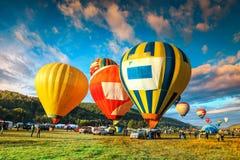 五颜六色的热空气迅速增加飞行在谷,特兰西瓦尼亚,罗马尼亚 库存照片