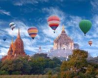 五颜六色的热空气迅速增加飞行在Bagan,缅甸 免版税库存图片