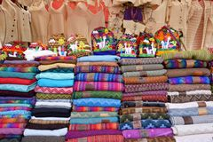五颜六色的物品待售在市场,秘鲁 免版税库存照片