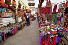 五颜六色的物品待售在市场,秘鲁 库存照片