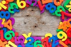 五颜六色的玩具信件和数字边界  免版税库存图片