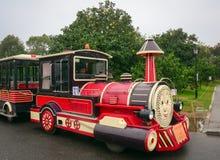 五颜六色的玩具火车运载的游人 库存图片