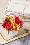 五颜六色的玫瑰和葡萄酒信件篮子  图库摄影