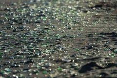 五颜六色的玻璃小卵石覆盖在符拉迪沃斯托克,俄罗斯的这个海滩 免版税库存图片