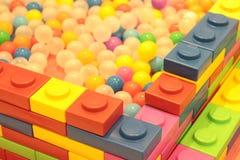 五颜六色的球孩子,滑稽的幼儿园塑料球池塘 库存图片