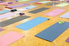 五颜六色的瑜伽席子在演播室 库存图片