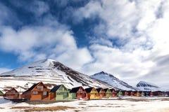 五颜六色的瑞士山中的牧人小屋房子在朗伊尔城,斯瓦尔巴特群岛行  库存图片