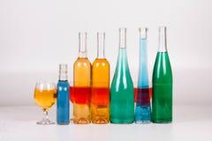 五颜六色的瓶和玻璃在白色背景 库存照片