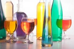 五颜六色的瓶和玻璃在白色背景 库存图片