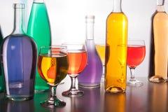 五颜六色的瓶和玻璃在白色背景 免版税库存图片