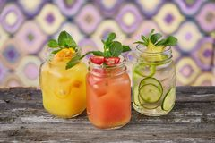 五颜六色的瓶子用柠檬水 库存图片