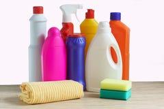 五颜六色的瓶清洁产品、海绵和旧布清洗的家 免版税库存照片