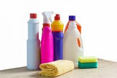 五颜六色的瓶清洁产品、海绵和旧布清洗的家 图库摄影