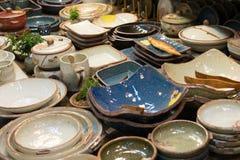五颜六色的瓷板材和杯子 免版税库存图片