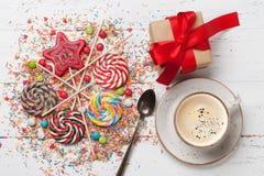 五颜六色的甜点和礼物盒 免版税库存照片