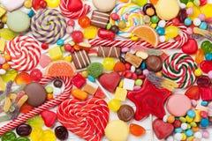 五颜六色的甜点 棒棒糖和糖果 免版税库存图片