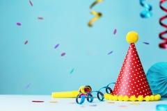 五颜六色的生日聚会帽子和飘带 免版税库存图片
