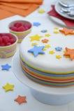五颜六色的生日蛋糕表设置 免版税库存图片