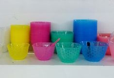 五颜六色的生物可分解的塑料碗 库存图片