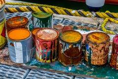 五颜六色的生锈的油漆罐头 库存照片