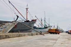 五颜六色的生锈的船在有渔夫的雅加达港口在船上 库存照片