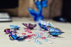 五颜六色的用于Th的装饰的蝴蝶和小按钮 库存图片