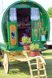 五颜六色的用马拉的有蓬卡车。 免版税库存照片