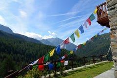 五颜六色的由后照的喜马拉雅祷告旗子,瓦尔d `奥斯塔,意大利 免版税库存图片