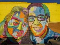 五颜六色的男人和妇女美好的大街道画艺术  免版税库存照片