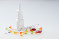 五颜六色的疗程,鼻孔喷射,药片,维生素,胶囊,温度计 免版税库存照片
