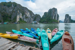 五颜六色的皮船在下龙湾,广宁省,越南 库存图片