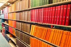 五颜六色的皮革精装书在一个医学图书馆里 免版税库存照片