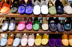 五颜六色的皮鞋在商店 图库摄影