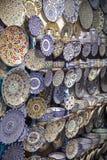 五颜六色的盘纪念品待售在一家商店在摩洛哥 库存照片