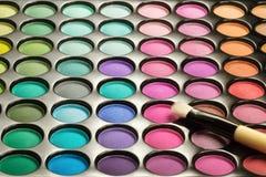 五颜六色的眼影膏调色板和画笔 库存图片