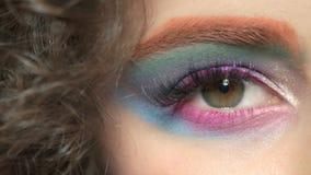 五颜六色的眼睛构成和头发 股票视频