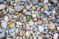 五颜六色的石头和小卵石特写镜头  免版税库存图片