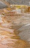 五颜六色的石灰华在黄石国家公园 库存图片