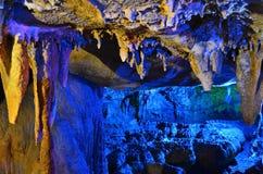 五颜六色的石灰岩地区常见的地形洞 库存图片
