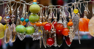 五颜六色的石耳环垂饰 免版税库存图片