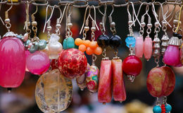 五颜六色的石耳环垂饰 免版税库存照片