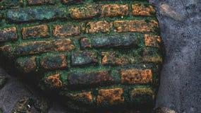五颜六色的砖墙大块有黑暗的背景 库存照片