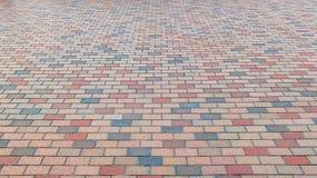 五颜六色的砖石头街道路 边路,路面纹理背景 免版税库存图片