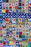五颜六色的磁铁纪念品在一个纪念品店在伊斯坦布尔,土耳其 库存图片