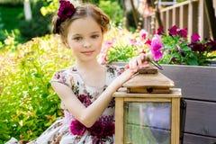 五颜六色的礼服和花的小女孩 免版税库存照片