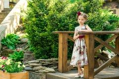 五颜六色的礼服和花的小女孩 库存图片