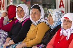 五颜六色的礼服的妇女 免版税库存照片